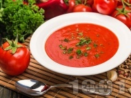 Крем супа от домати, червени чушки и лук поднесена с крутони